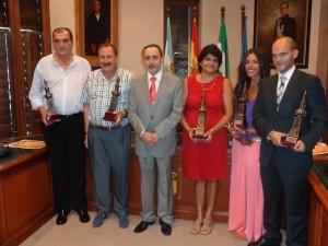 Los galardonados junto al alcalde de Nerva