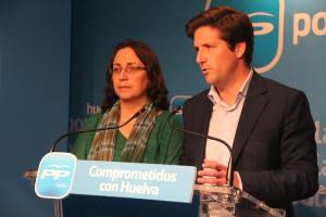 La alcaldesa de Riotinto junto al secretario provincial del PP