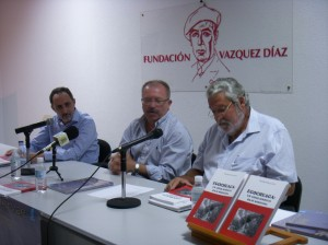 El autor del libro junto al alcalde y el concejal de cultura